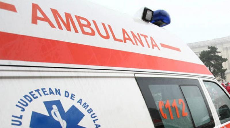 Accident grav: Ambulanță avariată după ce o vacă i-a ieșit brusc în față!