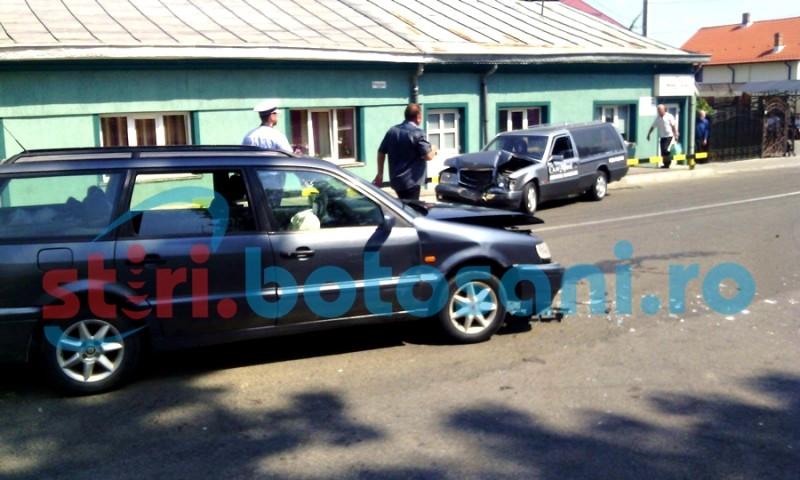ACCIDENT GRAV la Dorohoi! Patru persoane au ajuns la spital, după ce o mașină mortuară a intrat într-un Volkswagen! FOTO