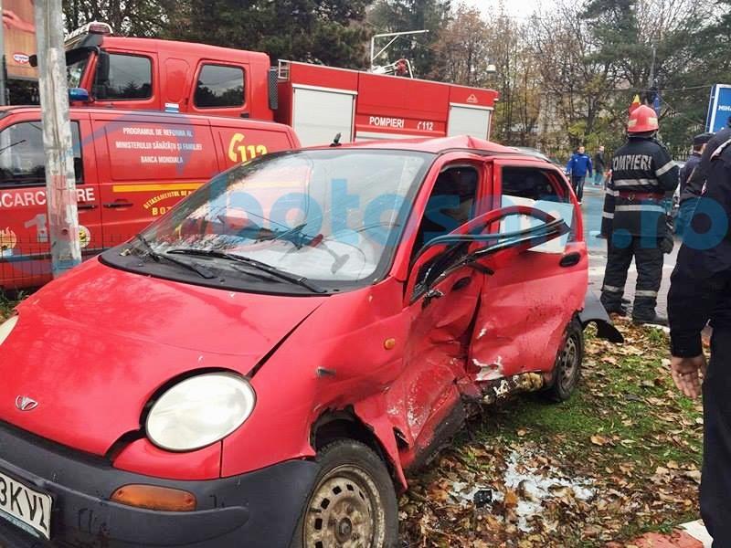 Accident grav! Mașină aruncată pe un scuar, după ce nu a acordat prioritate! Un bărbat a fost rănit! FOTO