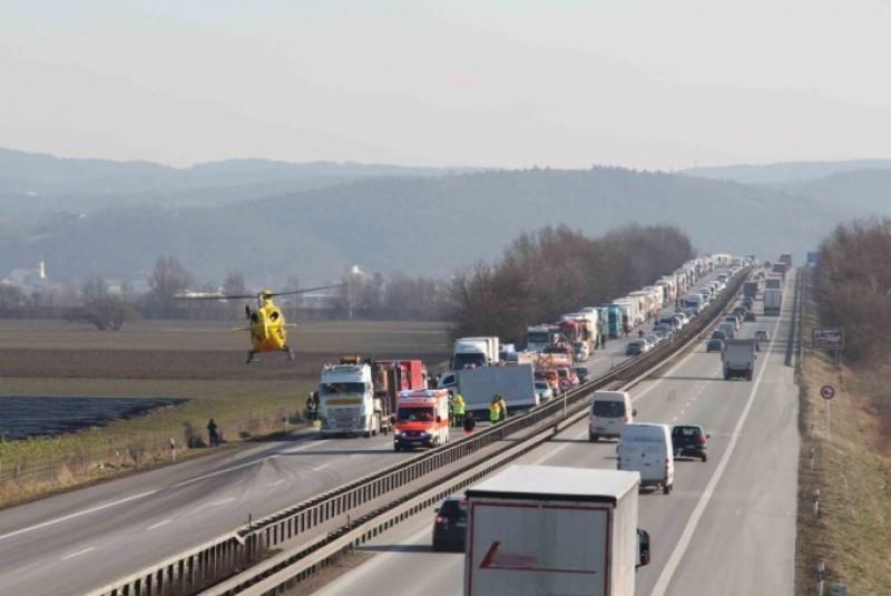 Accident grav provocat în Germania de un șofer de TIR român care se uita la filme, pe mobil!