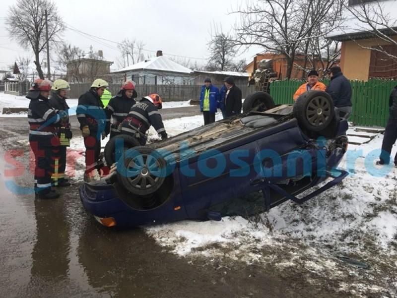 Accident în Dorohoi! Maşină răsturnată, după impactul cu un utilaj de deszăpezire-FOTO