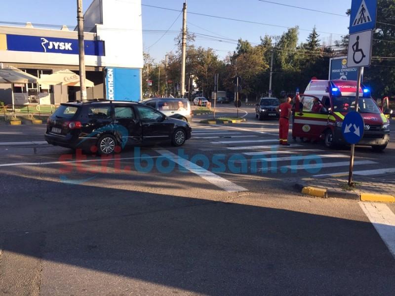 ACCIDENT în intersecţia Sucevei cu Bulevard: o autosanitară SMURD s-a izbit într-un autoturism! FOTO
