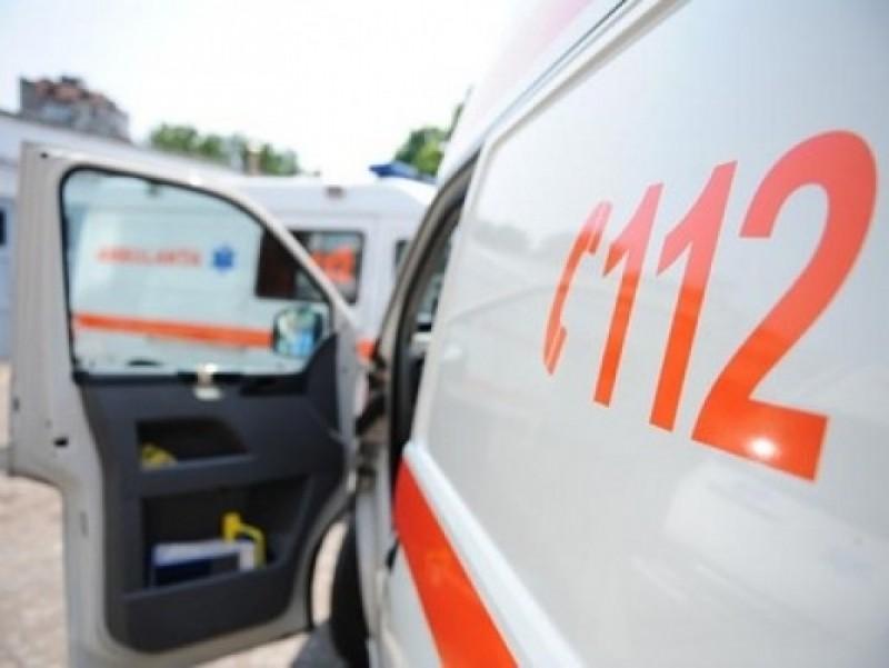 Accident în zona industrială a municipiului Botoşani. Maşină ajunsă în gardul unei firme, o persoană a fost rănită!