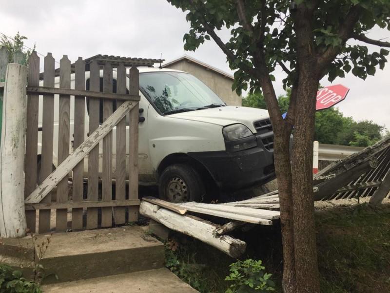 """Accident în zori de zi: maşină """"parcată"""" în gardul unei case FOTO"""