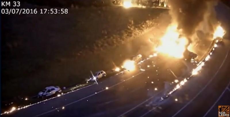 Accident ingrozitor: O cisterna cu alcool explodeaza, lasa urme uriase de foc si loveste 14 masini! 6 oameni au murit - VIDEO