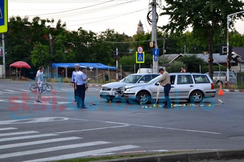 Accident într-o intersecție din Botoșani din vina unui șofer care a trecut pe roșu! O persoană rănită! FOTO
