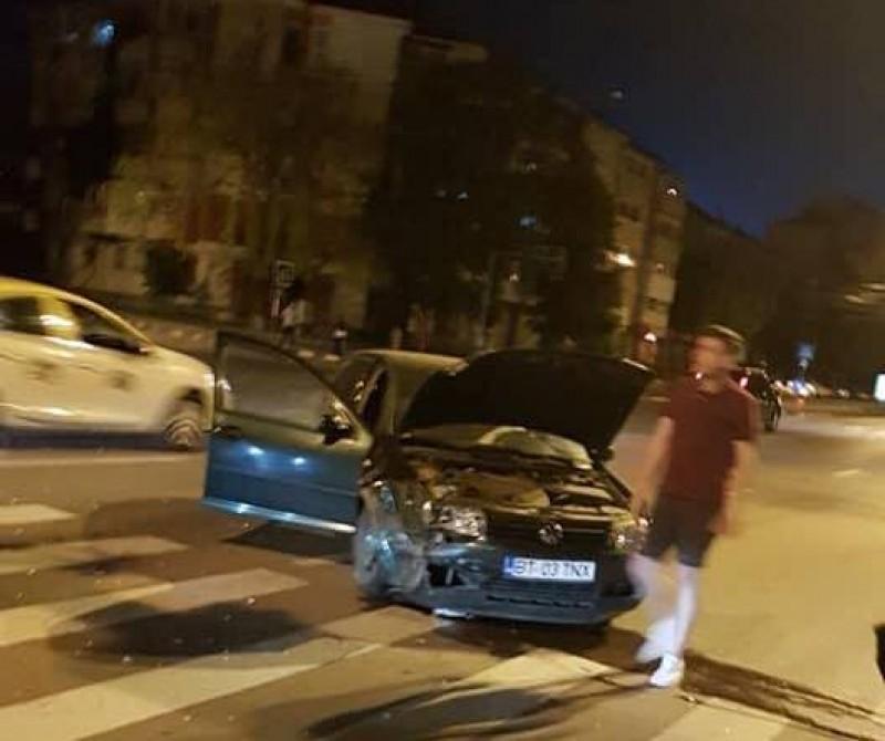 Accident într-o intersecție din municipiul Botoșani, cu mașină proiectată pe trotuar! FOTO