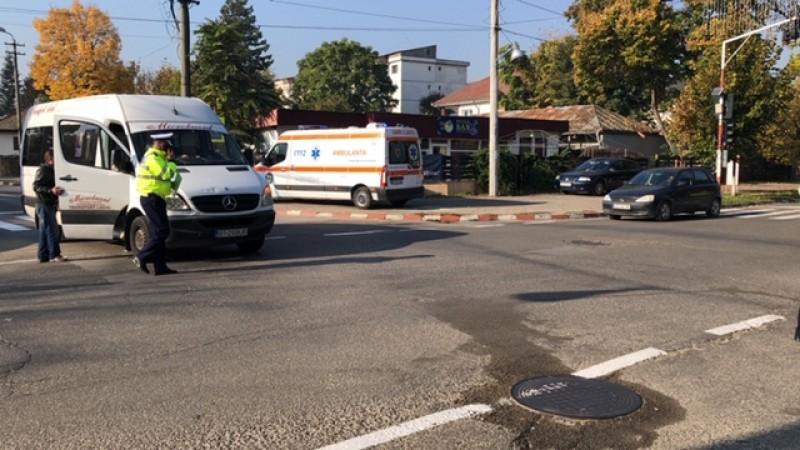 Accident între un VW Passat și un maxi taxi care circula regulamentar, din cauza soarelui!