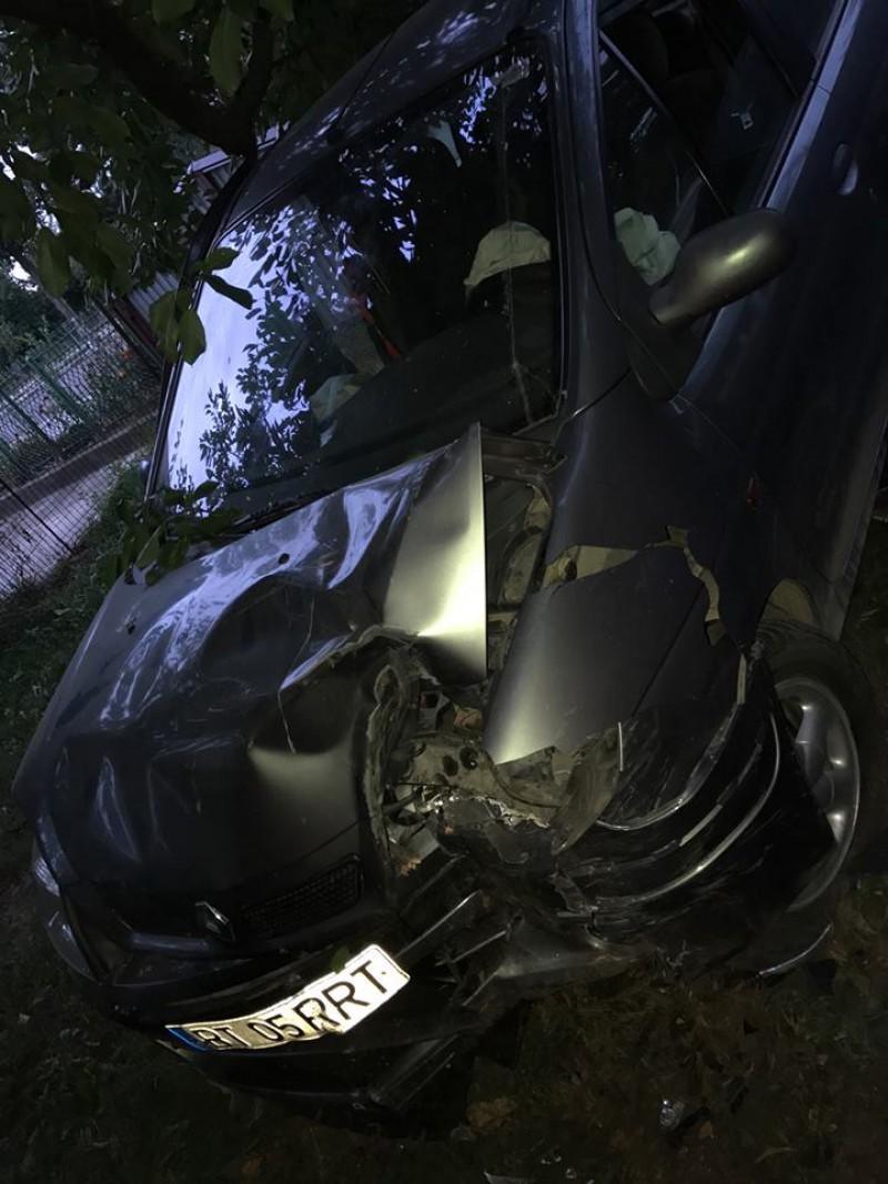Accident la beție! Un șofer a ajuns cu mașina într-o curte, după ce a spulberat gardul! FOTO
