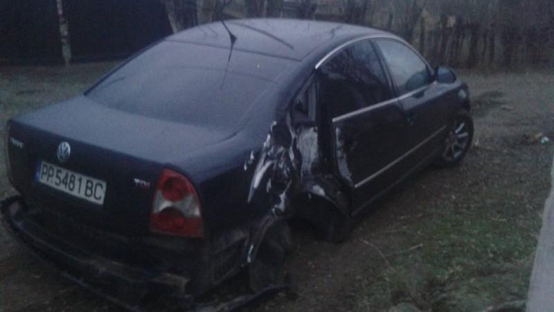 ACCIDENT la Blândești! O mașină a rămas fără roțile din spate, după ce a rupt un stâlp! FOTO
