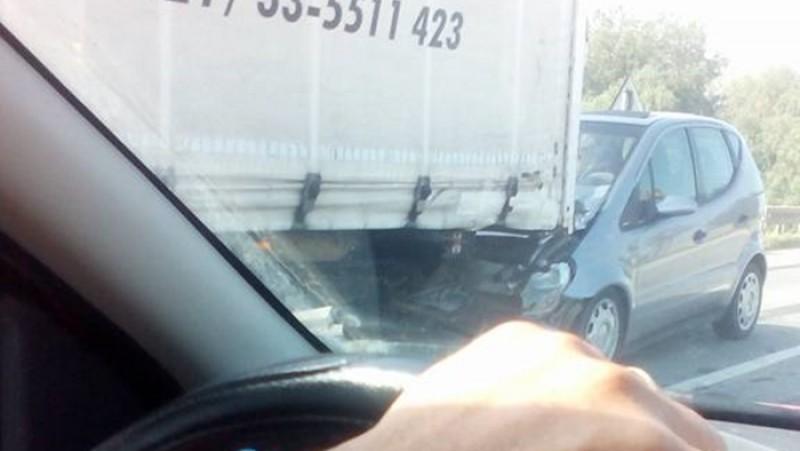 Accident la podul peste Siret: un autovehicul a intrat într-un autocamion! FOTO