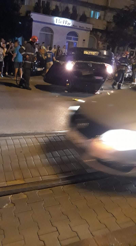 Accident: mașină cu roțile în sus, două victime