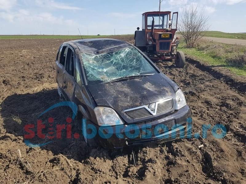 Accident! Mașină răsturnată pe câmp și abandonată! FOTO