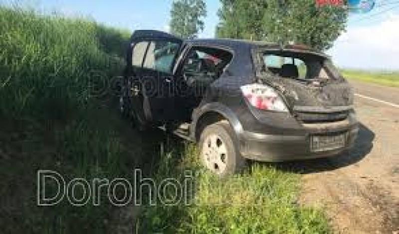 Accident! O mașină a acroșat un utilaj agricol și s-a izbit de un mal de pământ!