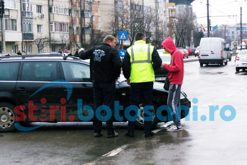 "ACCIDENT pe Calea Nationala! Doua masini avariate si doi soferi care sustin ca au trecut pe ""verde"" - FOTO"