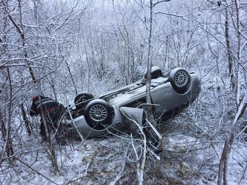 Accident pe drumul Botoşani-Dorohoi! Un tată şi fiul său s-au răsturnat cu maşina! FOTO