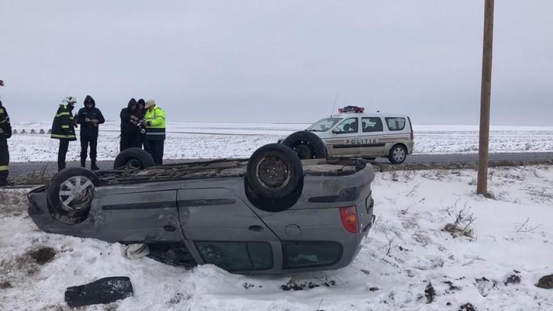 Accident pe drumul Botoșani-Suceava: O mașină s-a răsturnat pe câmp, trei persoane au fost rănite! FOTO
