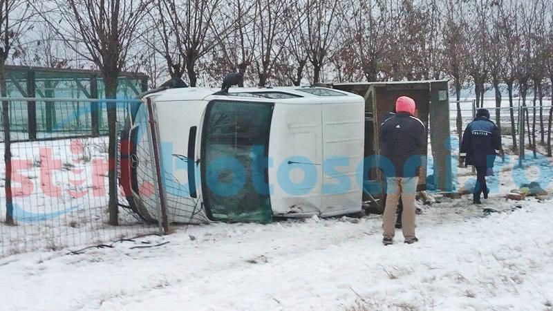 O mașină cu muncitori s-a răsturnat și s-a înfipt într-un gard! Șoferul era băut! FOTO