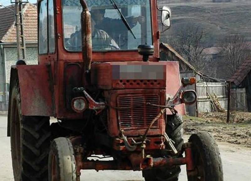 Accident pe drumul din sat: Beat, un bărbat de 72 de ani a urcat la volanul unui tractor!