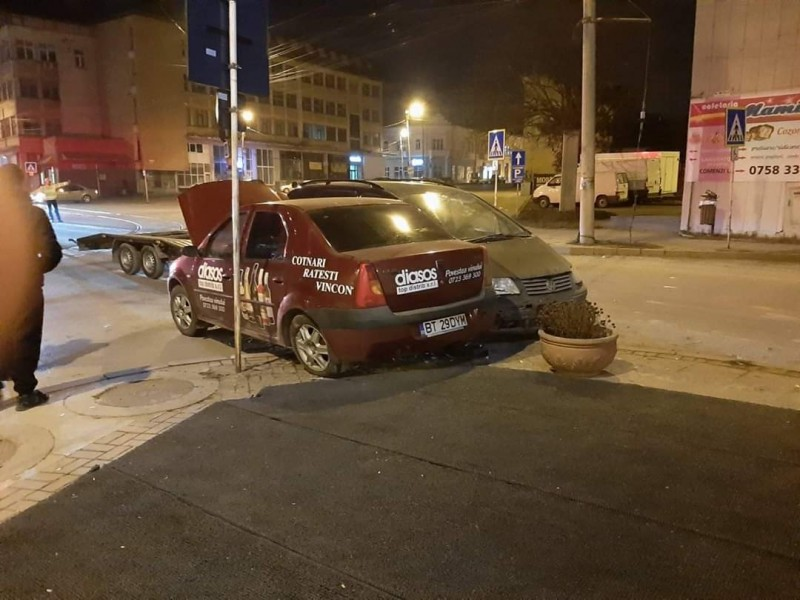 Accident soldat cu avarierea a două autoturisme, în intersecția de la Luceafărul. Șoferul vinovat s-a ales cu suspendarea permisului
