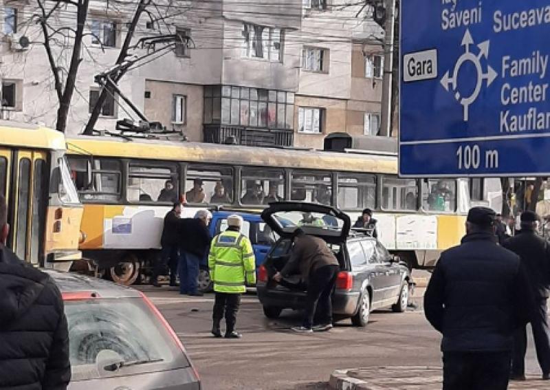 Accident soldat cu avarierea a două autoturisme, la Jatex
