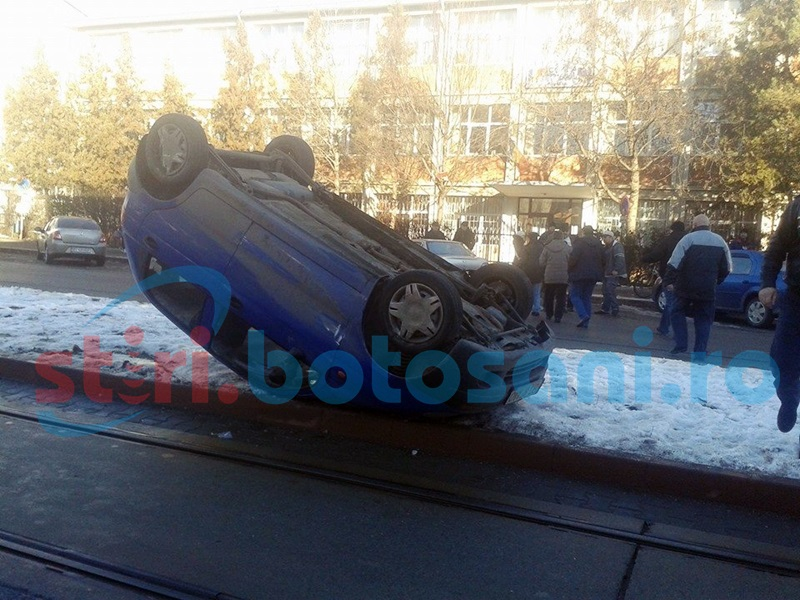 ACCIDENT SPECTACULOS pe Calea Nationala! Masina cu rotile in sus! FOTO