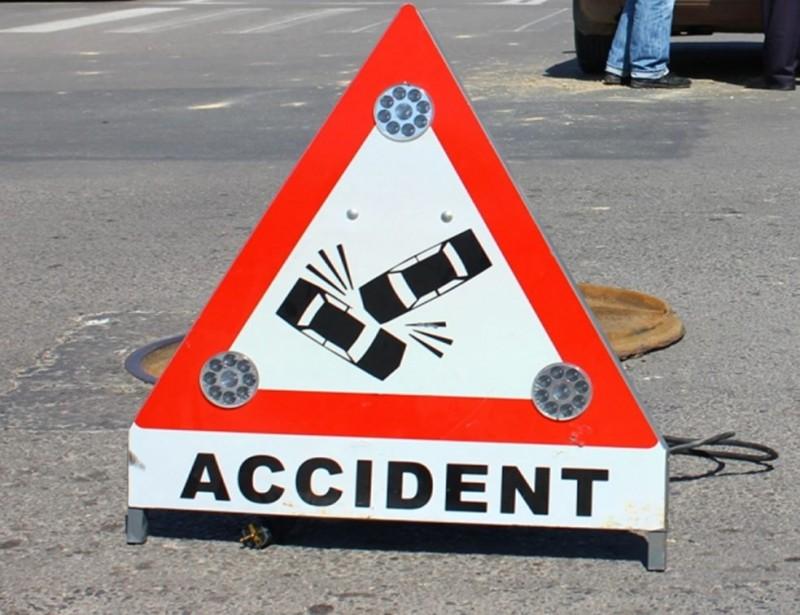 Accident stupid: Două mașini avariate, doi șoferi amendați