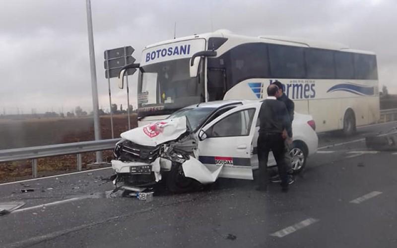 Accident: un autocar de la Botoșani, izbit în plin la Roman, pe E85! FOTO