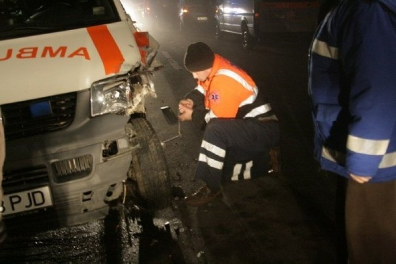 Un botoşănean beat a intrat cu maşina într-o ambulanţă!