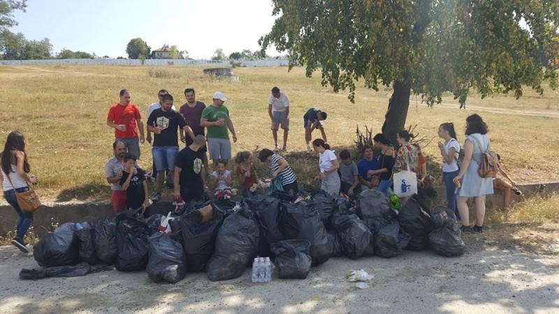 Acţiune de ecologizare, cu saci furaţi şi dezamăgire! FOTO