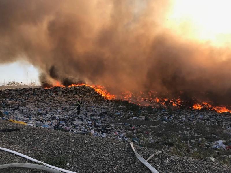 ACUM: Arde groapa de gunoi din comuna Stăuceni! Pompieri veniți cu patru autospeciale luptă să stingă flăcările!