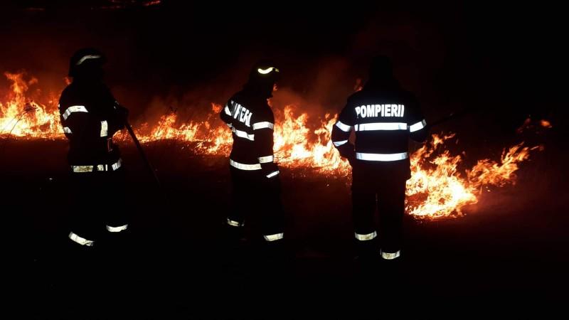 ACUM: Câmp mistuit de flăcări