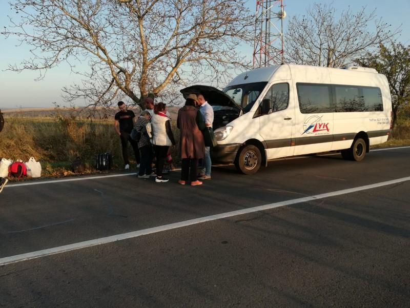 ACUM: Peste 20 de botoșăneni lăsați în mijlocul drumului Iași-Botoșani, după ce un microbuz Lyk s-a defectat