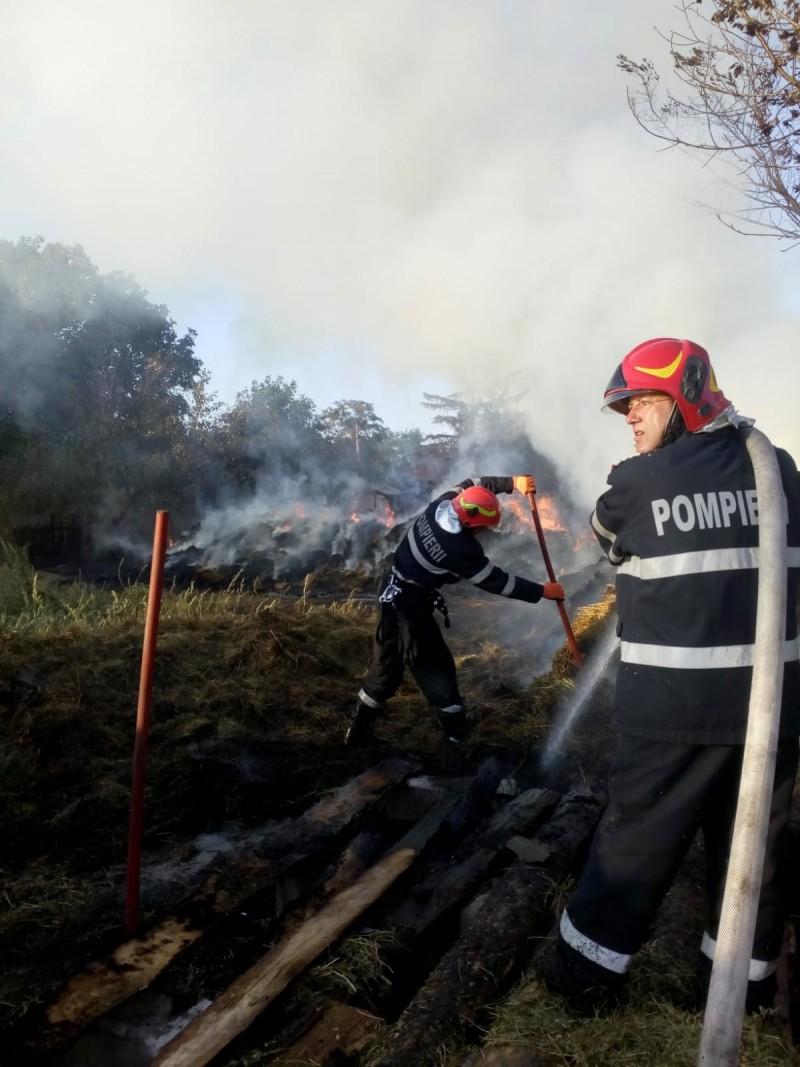 ACUM: Pompierii luptă de două ore pentru stingerea unui incendiu de proporții, la Corlăteni (Galerie foto)