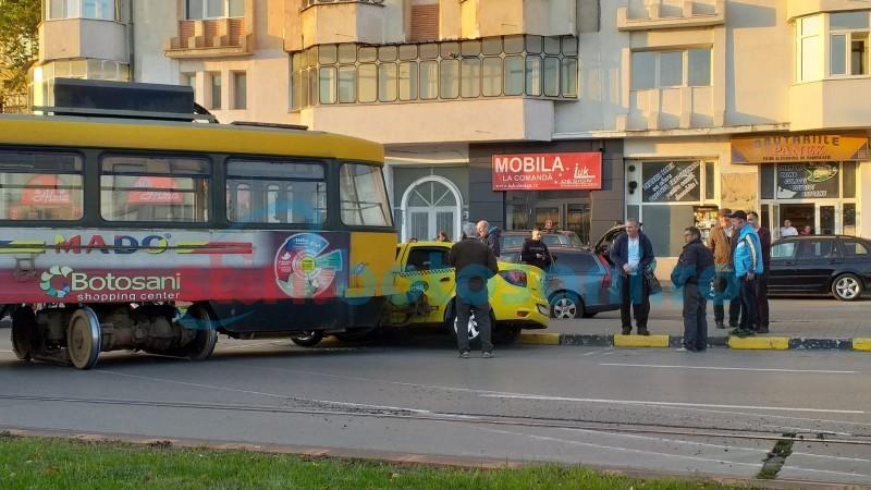 Un tramvai a deraiat și a acroșat un taxi parcat, în municipiul Botoșani