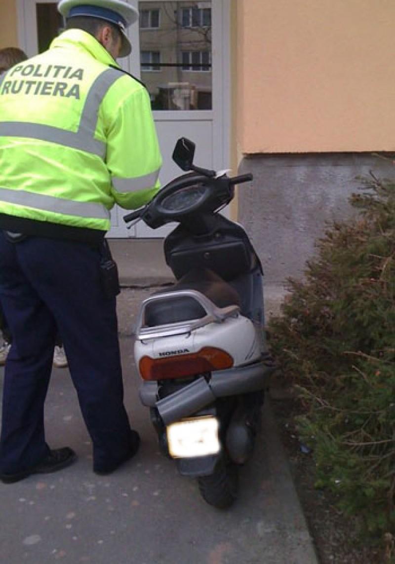 Adolescent cercetat pentru două infracţiuni, după o plimbare cu mopedul