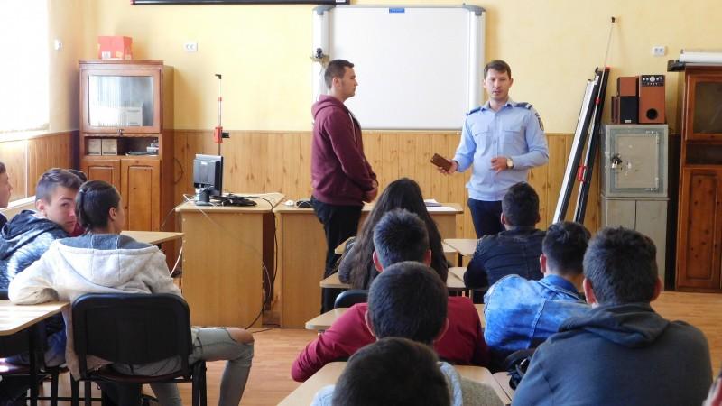 Adolescență fără delicvență - Zeci de elevi s-au întâlnit cu jandarmii botoșăneni! FOTO