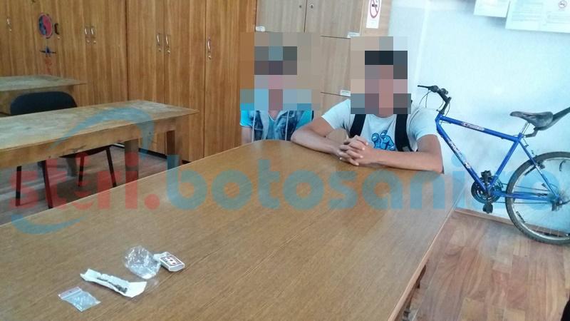 Adolescenți prinși în timp ce își confecționau o țigară cu etnobotanice! FOTO