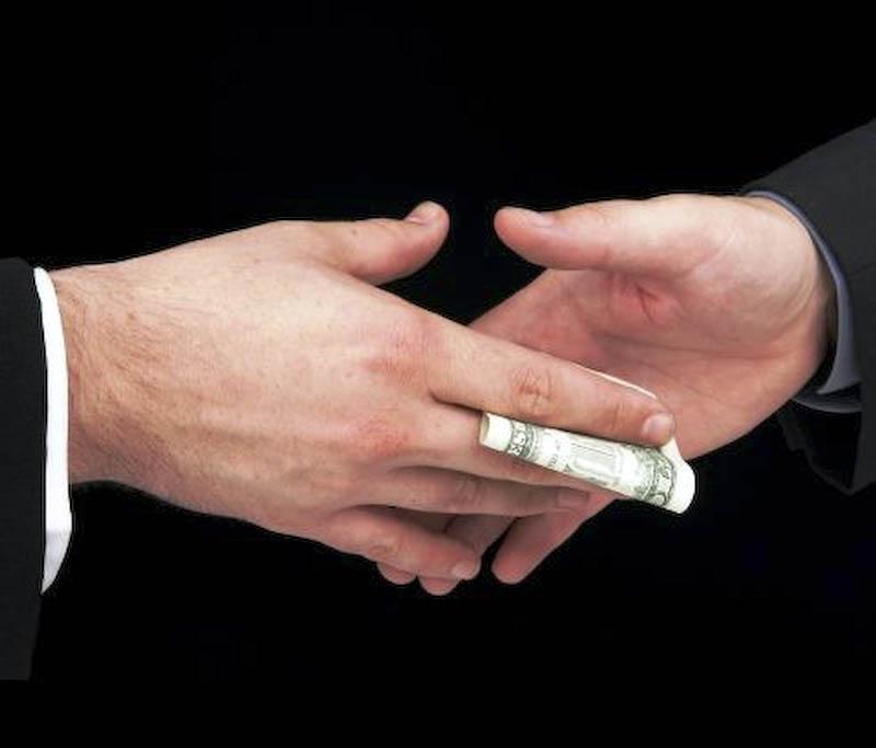 Afaceri cu bani publici dirijate prin marionete