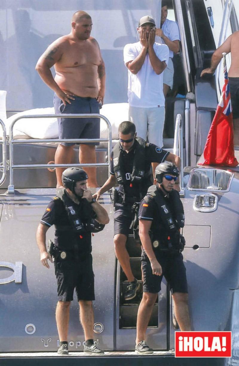Agenți înarmați ai Fiscului spaniol au descins pe iahtul pe care își petrece vacanța Cristiano Ronaldo cu familia