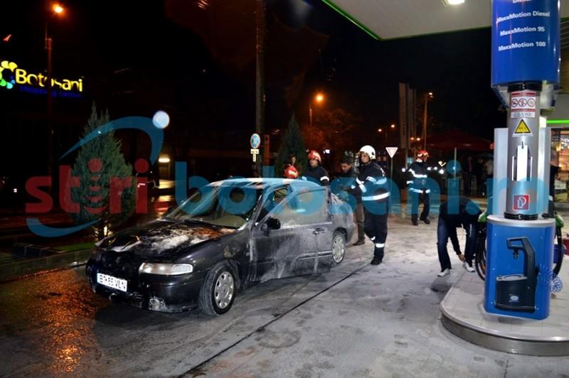 ALERTĂ într-o benzinărie din Botoșani! O mașină a luat foc! FOTO