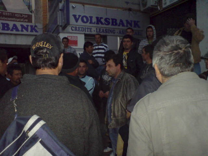 ALERTA - Muncitorii disponibilizati de MBB au iesit in strada