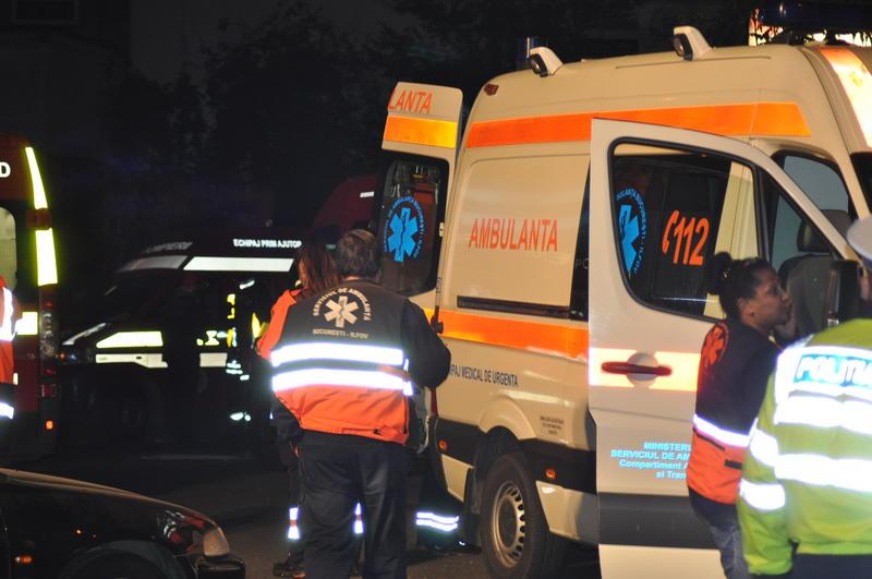 Ambulanţă distrusă şi echipaj ameninţat de familia unui pacient! Poliţiştii, solicitaţi să intervină!