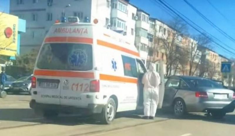 Ambulanță lovită de mașină, în timp ce transporta un pacient cu Covid-19 (video)
