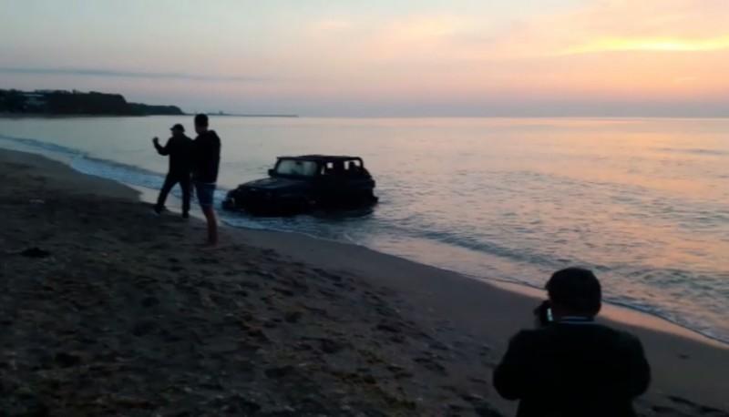 Amendă de 10.000 de lei pentru un şofer care a intrat cu maşina în mare, la Vama Veche