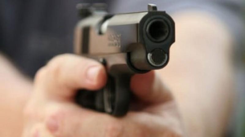 Amendat de jandarmi pentru portul unui pistol neletal în spații publice