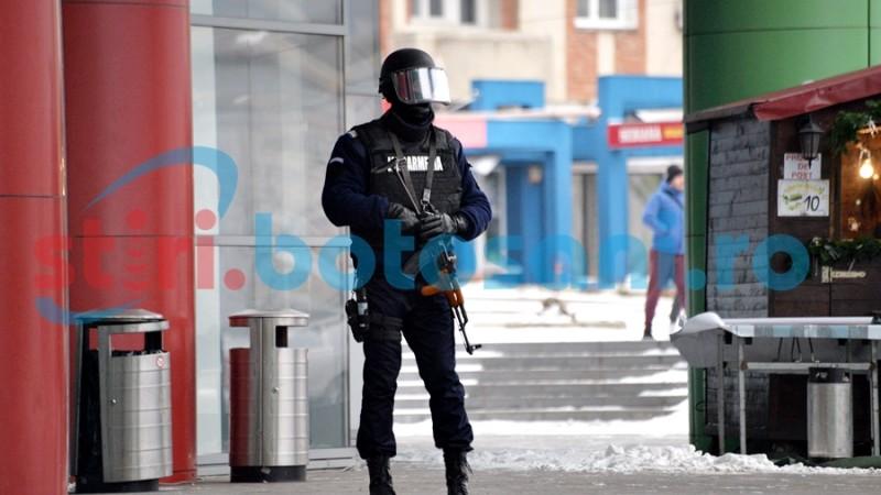 AMENINȚARE CU BOMBĂ la Uvertura Mall! Un bărbat a fost ridicat de polițiști! FOTO