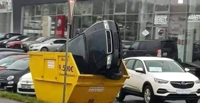 Amețit de aburii alcoolului, un bărbat fără permis a intrat cu mașina în pubela de gunoi