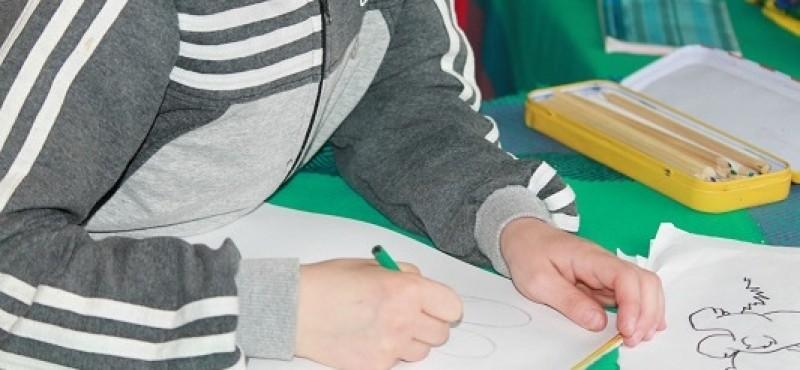 Anchetă cerută la o școală din Botoșani, după ce un copil bolnav de cancer nu a fost luat în excursie!