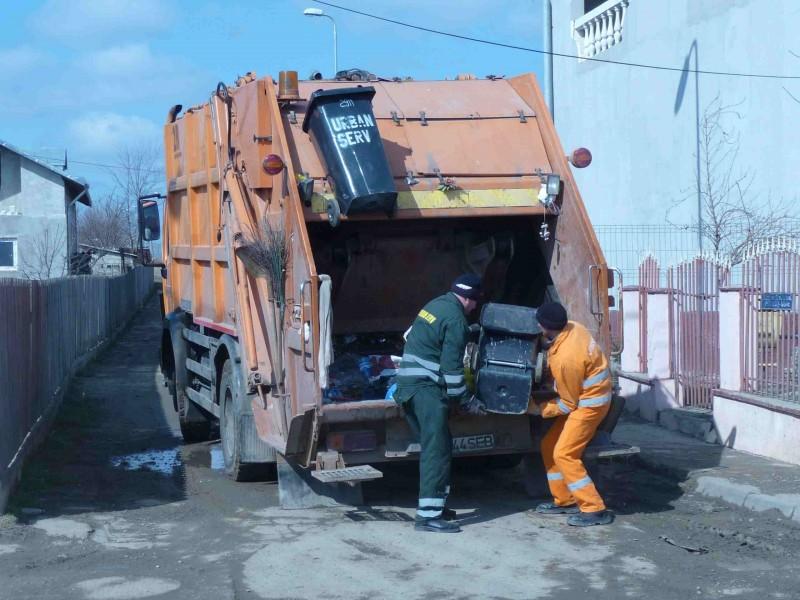Angajat de la Urban Serv, ranit in timp ce manevra un container in Piata Mare!